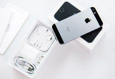 Série Unboxing et première de nouveau Se d'iPhone Images libres de droits