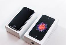 Série Unboxing et première de nouveau Se d'iPhone Image stock