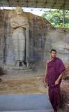 Srilankesisk munk Posing Before Standing Buddh Royaltyfria Foton