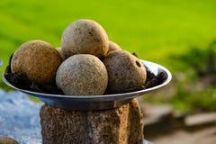 Srilankesiska kokosnötter som gatamat royaltyfri fotografi