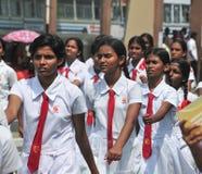 Srilankesiska skolbarn som marscherar i Hikkaduwa Royaltyfri Fotografi