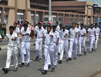 Srilankesiska skolbarn som marscherar i Hikkaduwa Arkivfoton