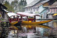 SRINAGAR, INDE - 17 OCTOBRE 2013 : Mode de vie dans le lac dal, remplaçants Images libres de droits