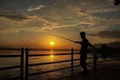Srinagar, Jammu-et-Cachemire, Inde : Daté 18 avril 2019 : Une personne pêchant sur les banques de Dal Lake au Cachemire Une explo photos libres de droits