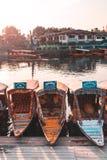 Srinagar, Jammu y Cachemira - 16 de junio de 2019: Lago famoso Dal con los shikarasboats en el agua Tiempo de la puesta del sol fotografía de archivo libre de regalías