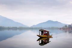 SRINAGAR, la INDIA - 15 de abril de 2016: Forma de vida en el lago Dal, dri del hombre fotos de archivo libres de regalías