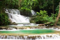 Srinakarin för landskapHuai Mae Kamin vattenfall fördämning i Kanchanaburi arkivbild
