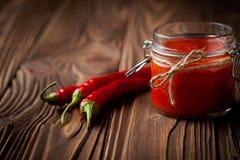 Sriracha diy naturale della salsa di peperoncini rossi immagine stock libera da diritti