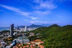 Srirachastad in Chonburi Thailand wordt gevestigd dat Één kant van de stad is overzeese kust, is een andere kant berg royalty-vrije stock foto's