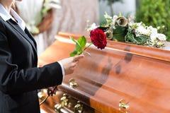 Sörjande kvinna på begravningen med kistan Royaltyfri Bild
