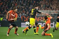 Srna contra Lewandowski durante un partido de la Champions League Fotografía de archivo