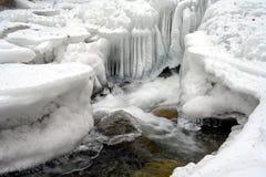 Sroga zimna zima minus z temperaturami rozwija malownicze lodowe formacje na skałach w wartko biega zatoczce fotografia stock