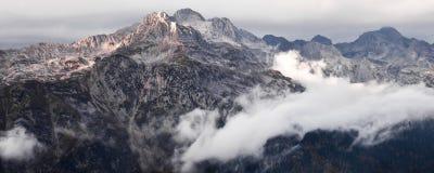 Srogi kamienny skalisty halny szczyt, tylko kamień wśród zdjęcia royalty free
