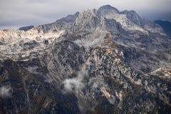 Srogi kamienny skalisty halny szczyt, tylko kamień wśród zdjęcie stock