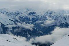 Srogi krajobraz, niskie cumulus chmury wiesza w wąwozie między górami, Les łuki zdjęcie stock
