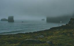 Srogi morze z wybrzeżem w Iceland z mnóstwo mgłą zdjęcia royalty free