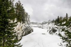Srogi północny Mglisty krajobraz Ruskeala marmuru łupy w Kare obrazy stock