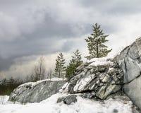 Srogi północny Mglisty krajobraz Ruskeala marmuru łupy w Kare obraz royalty free