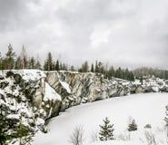 Srogi północny Mglisty krajobraz Ruskeala marmuru łupy w Kare obraz stock