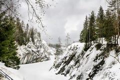 Srogi północny Mglisty krajobraz Ruskeala marmuru łupy w Kare zdjęcie stock