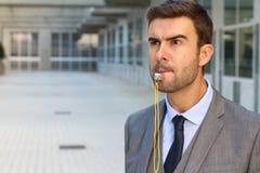 Srogo mężczyzna dmucha gwizd w powierzchni biurowa obrazy royalty free