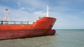 Srogo przemysłowy czerwony łódkowaty tankowiec na zielonym morzu zdjęcie stock
