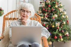 Srogo stara kobieta pracuje na komputerze obraz stock