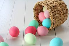 Srotolare delle uova di Pasqua di un canestro Fotografia Stock