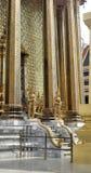 Ναός με την κλασσική διακόσμηση γυαλιού srt και χρυσός γίγαντας Yaksa στη φύλαξη του βασιλικού ναού Στοκ εικόνα με δικαίωμα ελεύθερης χρήσης