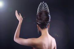 Srta. Pageant Contest en vestido del vestido de bola de la tarde con Diamond Cro fotos de archivo