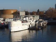 SS Potomac rust bij dok in de Haven van Oakland op een duidelijke dag Royalty-vrije Stock Foto's
