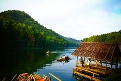 ssanie w żołądku ung odbicie sosna w jeziorze, meahongson, Tajlandzki Zdjęcia Royalty Free
