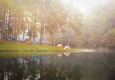 Ssanie w żołądku ung, odbicie sosna w jeziorze, meahongson, Tajlandzki Zdjęcie Royalty Free