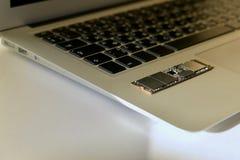 SSD-movimentação da microplaqueta no teclado fotografia de stock royalty free