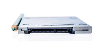 SSD semi conduttore dell'azionamento accanto ad un confronto di dimensione della matita Fotografie Stock