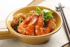 Sshrimp che cucina con la tagliatella del fagiolo Fotografia Stock Libera da Diritti