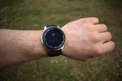 SSmartwatch en el ritmo cardíaco de medición de la mano de un hombre imágenes de archivo libres de regalías