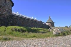 SSolovetsky Kremlin, la pared de la fortaleza y torre Foto de archivo libre de regalías