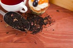 Sspoon para empacotar materiais de maioria industriais com chá da folha fotos de stock
