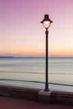 Sstreetlamp e mar no crepúsculo fotografia de stock royalty free