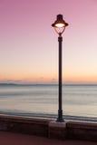 Sstreetlamp und Meer an der Dämmerung stockbilder