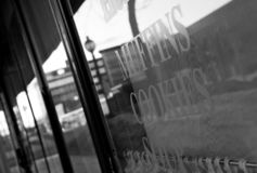Städtische Fensteranzeige, Kaffeestube stockfotografie