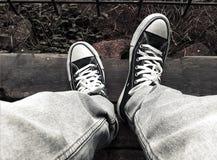 Städtische Straßen-Fotografie - Segeltuch-Schuhe stockfoto