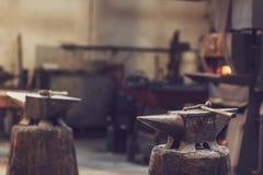 Städ och hammare i ett metallseminarium royaltyfri foto