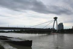 Städer av Centraleuropa - afton på Danube River i Bratislava, Slovakien arkivfoto