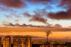 Städte und industrielle Rauchwolken der Himmelsonnenuntergangnacht-Kelvin--helmholtzinstabilität Venus-Planet stockfoto