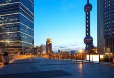 Städte von Wolkenkratzern nachts Stockfoto