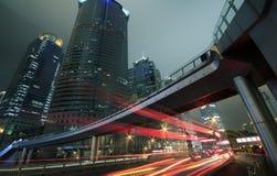 Städtisch nachts mit Verkehrs- und NachtSkylinen in Shanghai Stockfotos