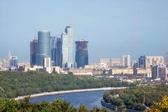 Städtische Ansicht der Moskau-Stadt. Moskau-Fluss auf nahem Plan Lizenzfreies Stockbild