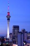 Städtische Ansicht des Auckland-Himmelturms in den Farben an der Dämmerung Lizenzfreie Stockfotografie
